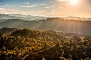 Fotografia del paisaje en los alrededores de Granera con la  Sierra de Montserrat al fondo en la provincia de Barcelona, Catalunya