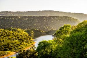 Fotografía del paisaje en el río Tajo a su paso por el Parque Nacional de Monfragüe en Cáceres, Extremadura