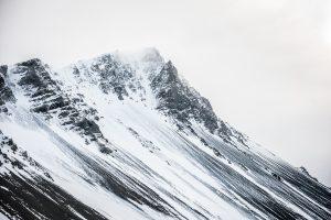 Fotografia de paisaje de la montaña de Hafnarfjall cerca de Borgarnes (region de Vesturland, Islandia)