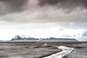 Fotografia de paisaje al paso del rio glaciar Múlakvísl por las planicies de Mýrdalssandur (region de Suðurland, Islandia)
