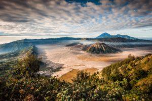Fotografia del paisaje volcanico en la caldera del volcan Bromo, isla de Java, Indonesia