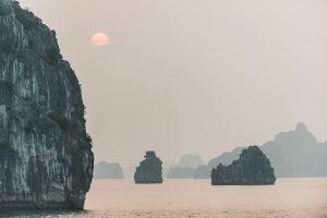 Atardecer en la bahía de Halong, Vietnam (Patrimonio de la Humanidad UNESCO)