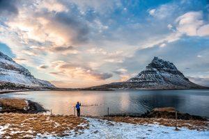 Atardecer en la montaña Kirkjufell cerca de Grundarfjörður, peninsula de Snæfellsnes (region de Vesturland, Islandia)