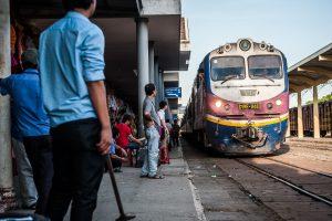 Tren llegando a la estación de Hue, Vietnam