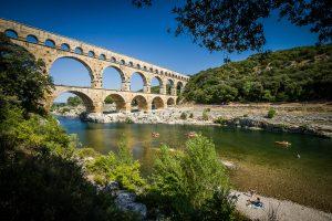 Kayacs a su paso por el acueducto romano Pont du Gard, Francia