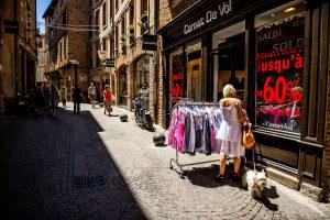 Comprando en el centro de Albi, Francia