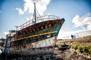 Barco pesquero abandonado en el puerto de Camaret-sur-Mer en la region de Bretagne, Francia.