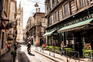 Calle en el centro de Burdeos, Francia