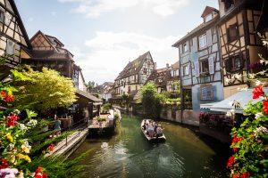 Canales en el barrio medieval de Colmar en Alsacia, Francia
