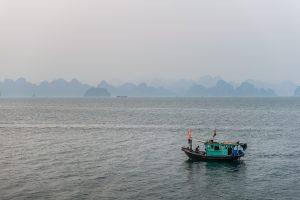 Barco pesquero en la bahía de Halong, Vietnam (Patrimonio de la humanidad UNESCO)