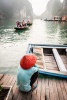 Barquera en la bahía de Halong, Vietnam (Patrimonio de la humanidad UNESCO)