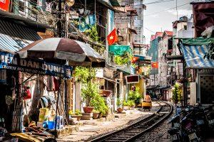 Via ferroviaria en las calles de Hanoi, Vietnam
