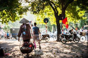Vendedor callejero en Hanoi, Vietnam