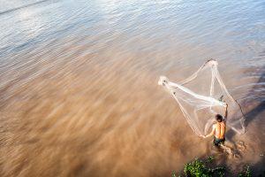 Pesca tradicional en el rio Mekong, Chau Doc (provincia de An Giang, Vietnam)